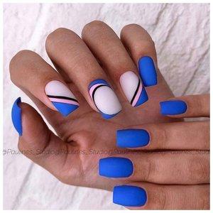 Маникюр шеллаком с дизайном в синем цвете