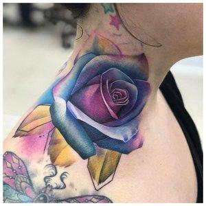 Тату на шее с цветной розой