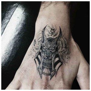 Татуировка Анубиса на ладони