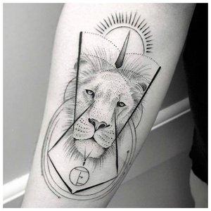 Тату лев в минимализме на руке