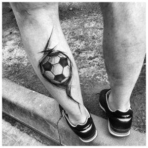 Тату на ногу с мячом