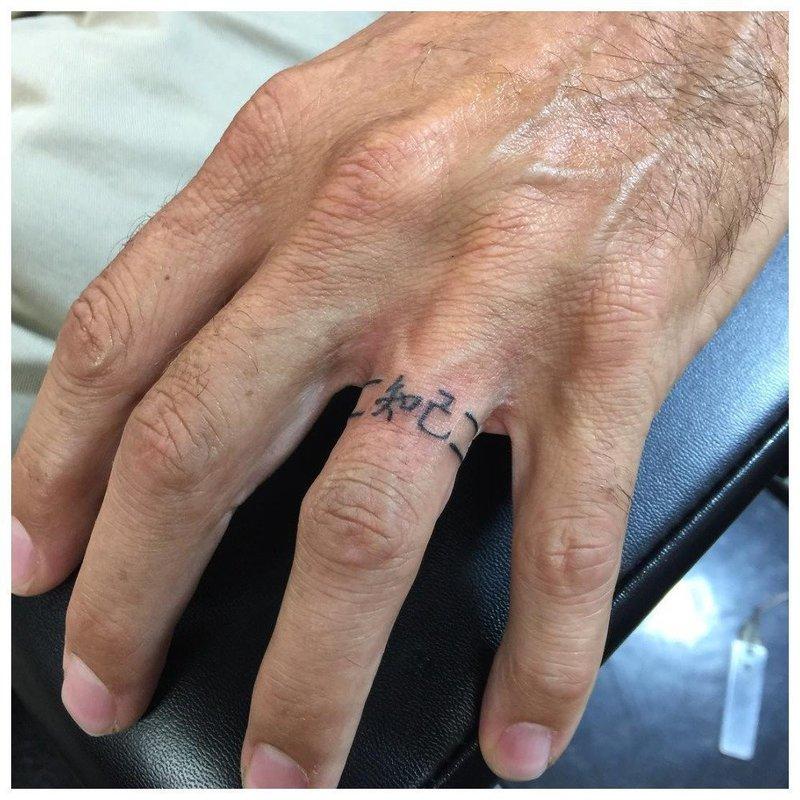 Тату на пальцах с иероглифами
