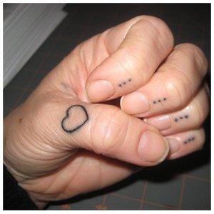 Тату на пальцы с сердцем и точками