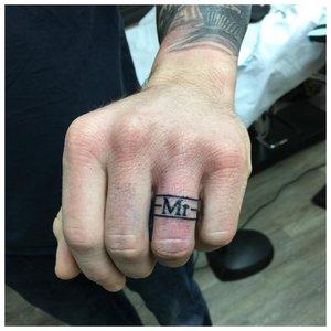 Тату с кольцом на пальцах