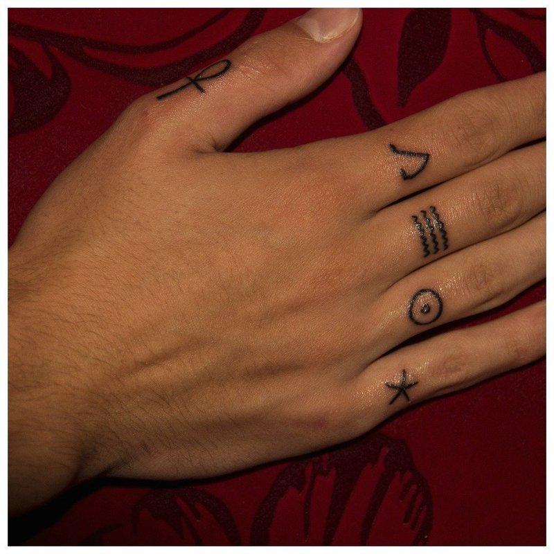 Тату на пальцы с геометрическими формами