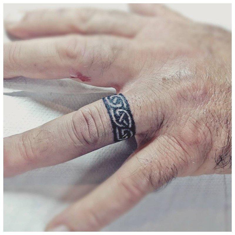 Тату на пальцы в виде кольца