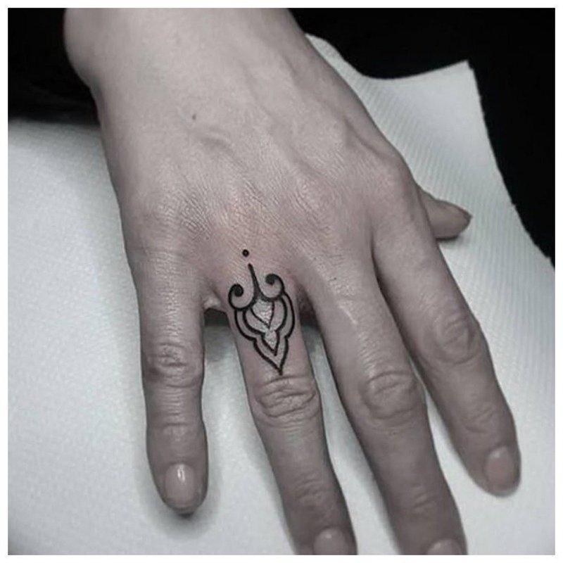 Тату на пальцы с узором мехенди