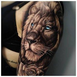 Тату льва с розами на руке