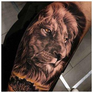 Тату льва с блэкворком
