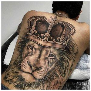 Тату льва с короной на спине
