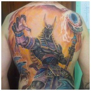 Цветная татуировка Анубиса на спине