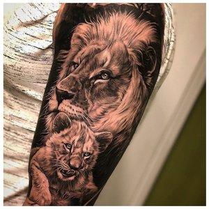 Тату льва со львенком