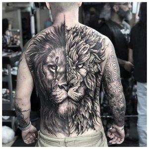 Тату лев на всю спину