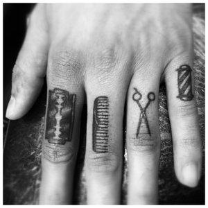 Тату на пальцы с ножницами и лезвием