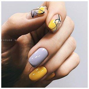 Серо-желтые ногти с абстрактным дизайном
