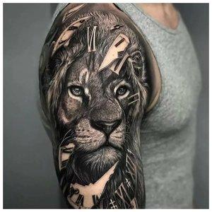 Тату льва с часами