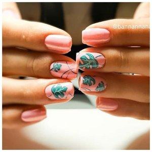 Розовые ногти с тропическим принтом