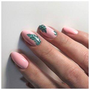 Розовые ногти с тропическими листьями