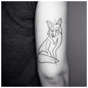 Минималистичная тату лисы одной линией на руке