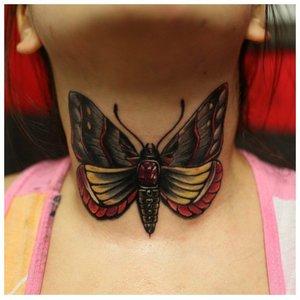 Тату на шее с бабочкой