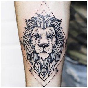 Тату льва в стиле минимализма
