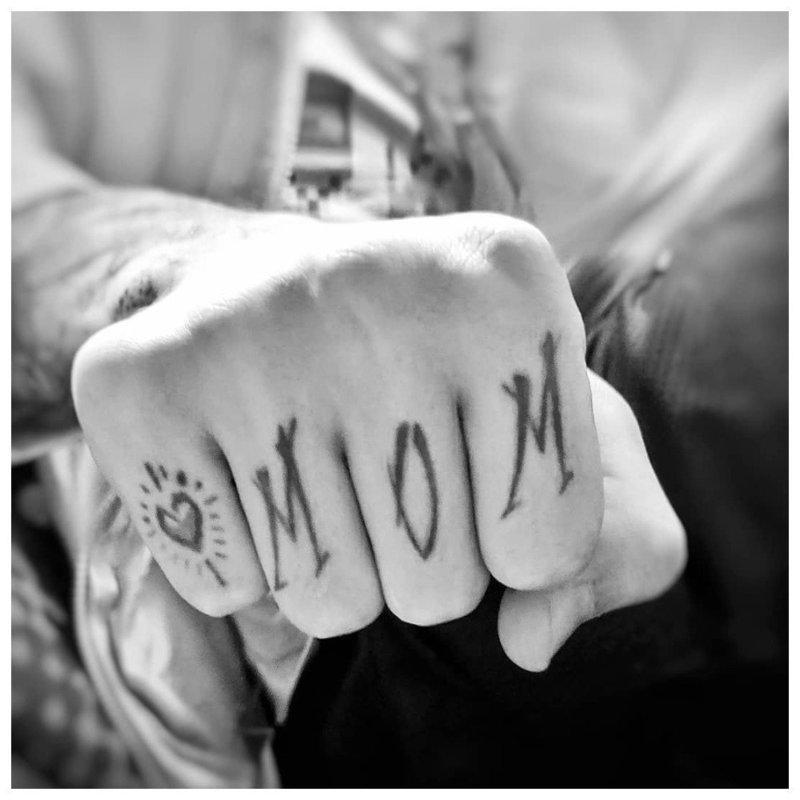"""Тату на пальцы с надписью """"Мама"""""""