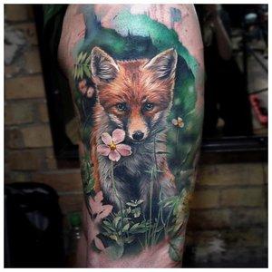 Реалистичная тату лисы на зеленом фоне