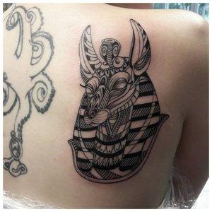 Татуировка Анубиса на лопатках