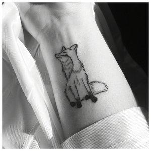 Татуировка с лисой в стиле минимализма