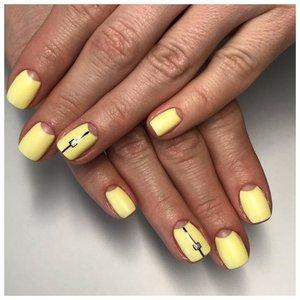 Желтый маникюр с лунками