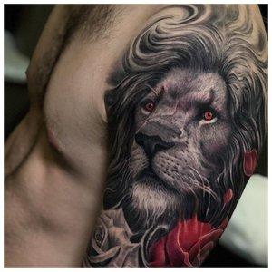 Тату льва с красными розами