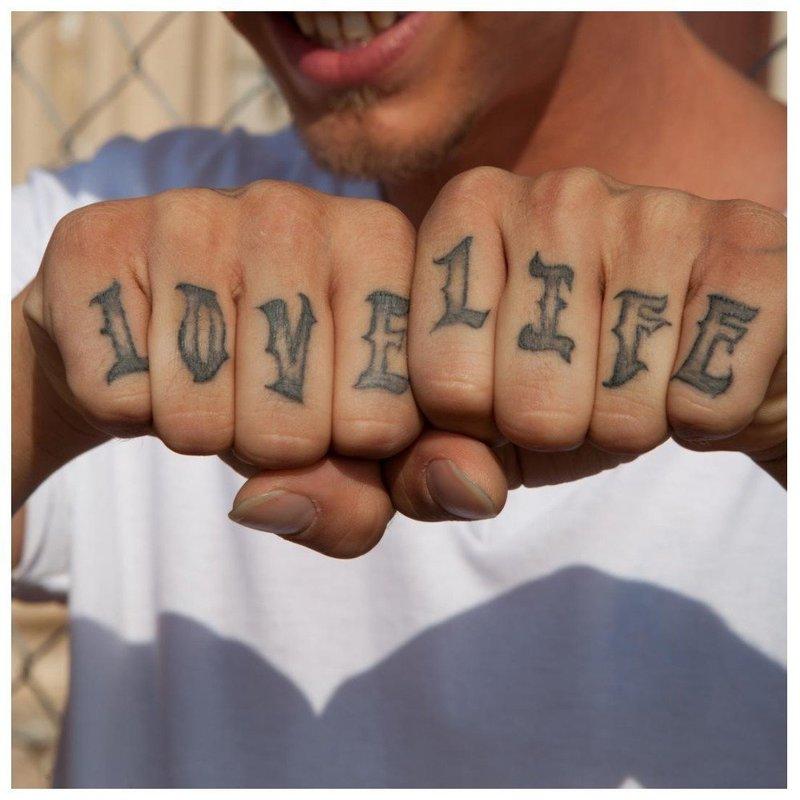 """Тату на пальцах """"Люби жизнь"""""""