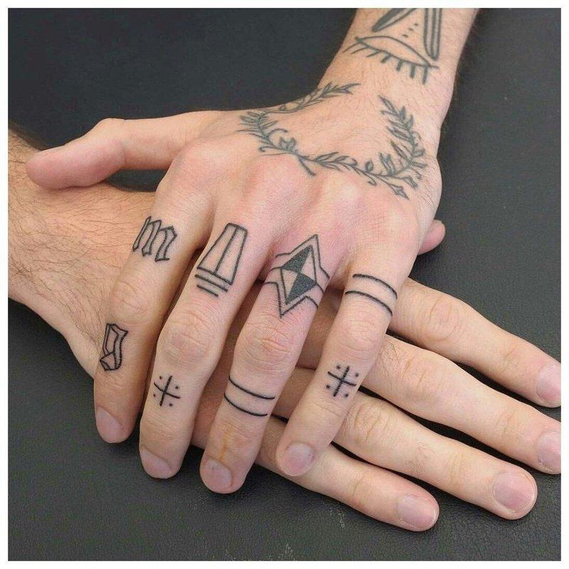Геометрические тату на пальцах