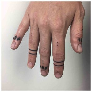Тату на пальцах с шрифтом Брайля