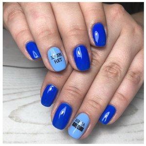 Синий маникюр шеллаком с наклейками