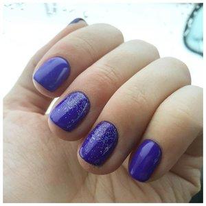 Фиолетовые ногти шеллаком с растекшимся глиттером