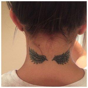 Тату на шее с крыльями