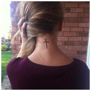 Тату на шее с крестом