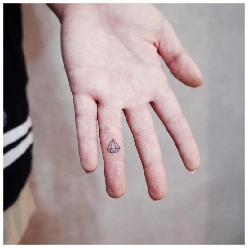 Тату на пальцы с бриллиантом