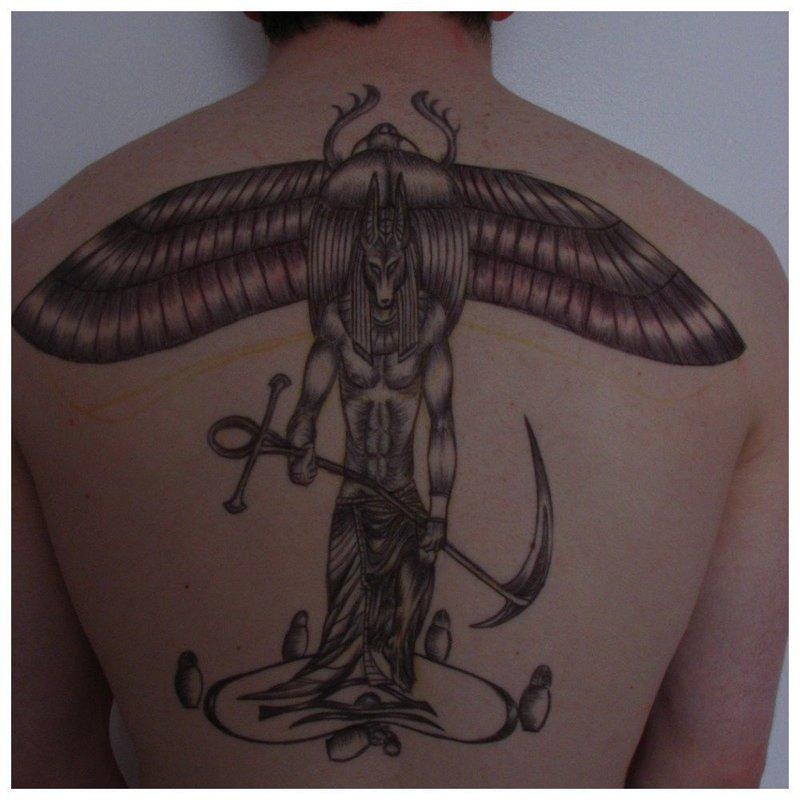 Татуировка Анубиса на спине с жуком