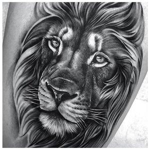 Тату льва на бедро