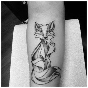 Тату лисы в черно-белом цвете