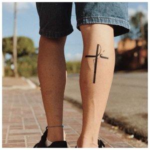 Маленькая тату на ноге с крестиком