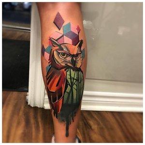 Геометричное цветное тату совы