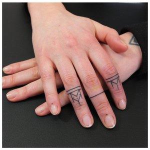 Тату в стиле минимализма на пальцах