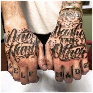 "Тату на пальцах ""Сделал себя сам"""
