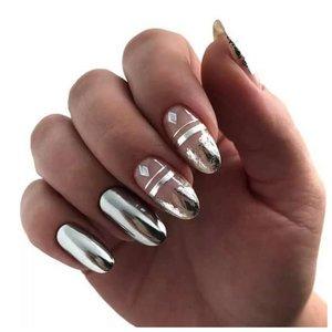 Серебряные ногти с рисунком из фольги