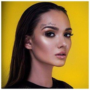 Девушка с красивой татуировкой на лице