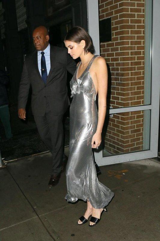 Кайа Гербер в серебряном платье