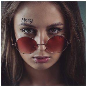 Надпись на лице - татуировка для девушки